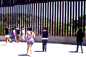 2013 Frontera Border Tour at fence